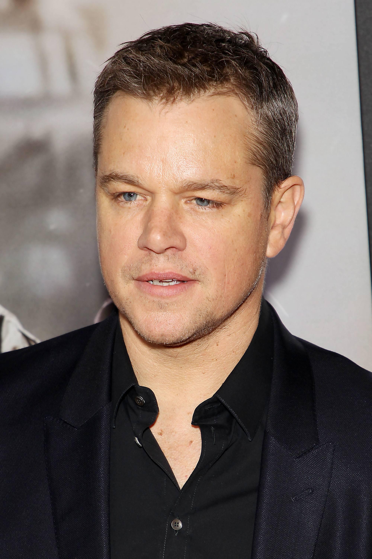 Coupe de cheveux Ivy League: Matt Damon avec une courte coupe de cheveux Ivy League, vêtu d'un costume noir