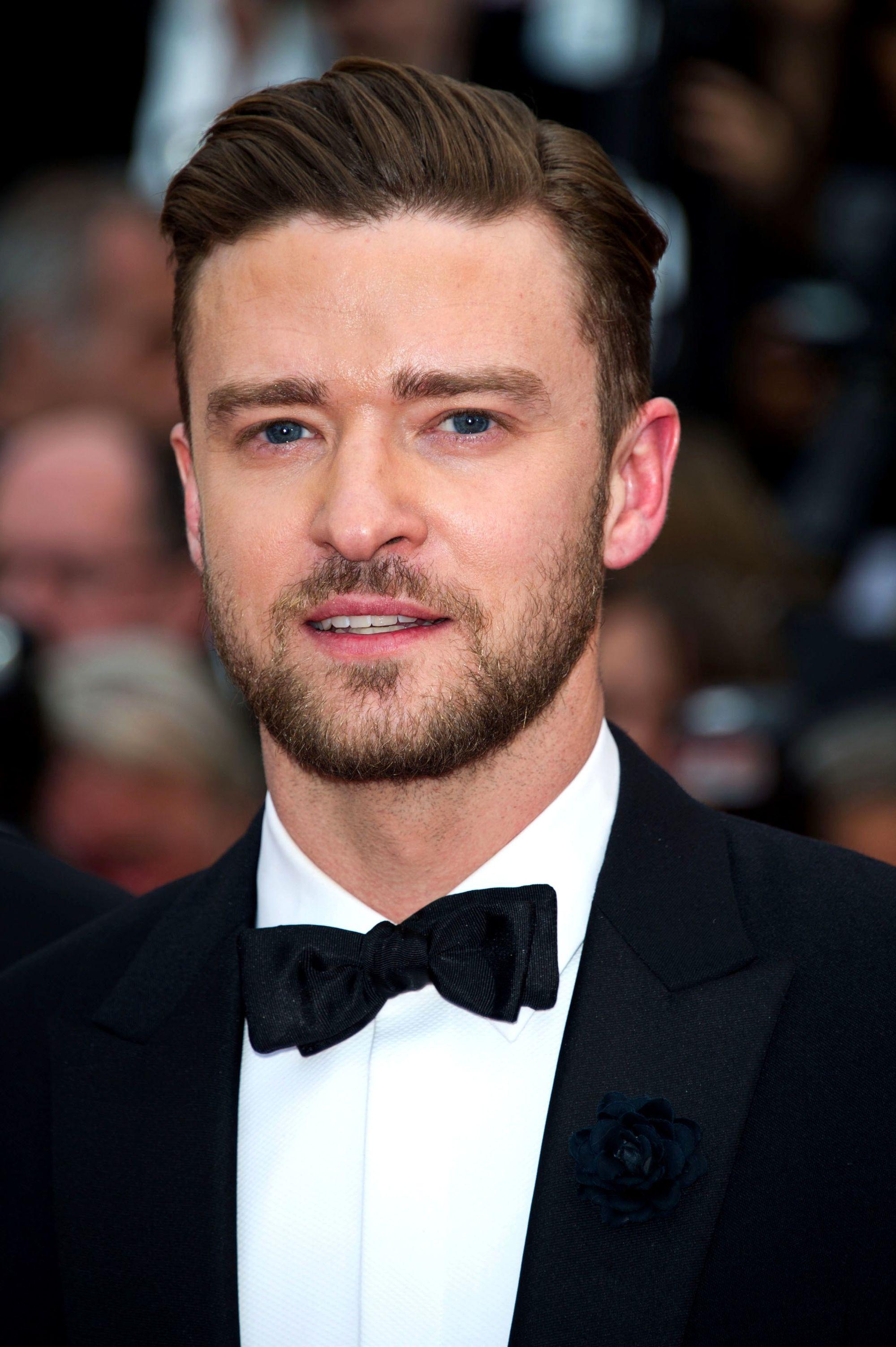 Coupe de cheveux Ivy League: Justin Timberlake avec une longue coupe de cheveux Ivy League, vêtu d'un smoking