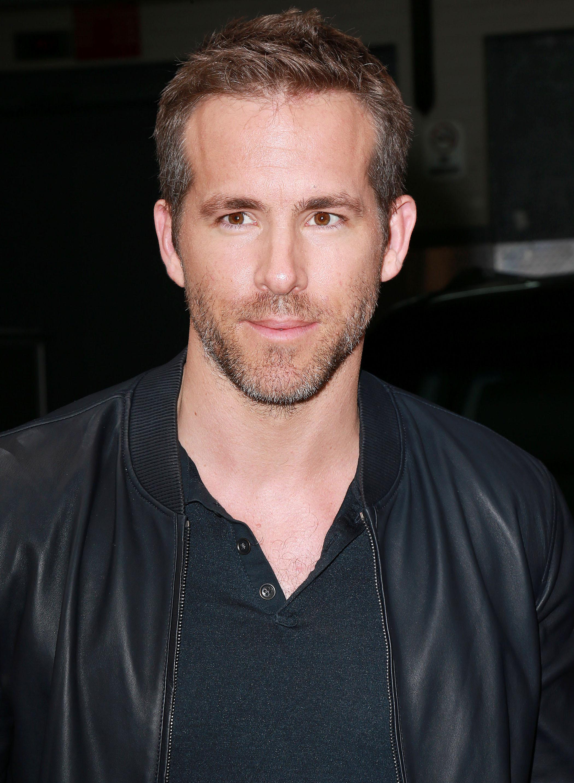 Coupe de cheveux Ivy League: Ryan Reynolds aux cheveux bruns dans une coupe de cheveux Ivy League, vêtu d'un haut noir et d'une veste