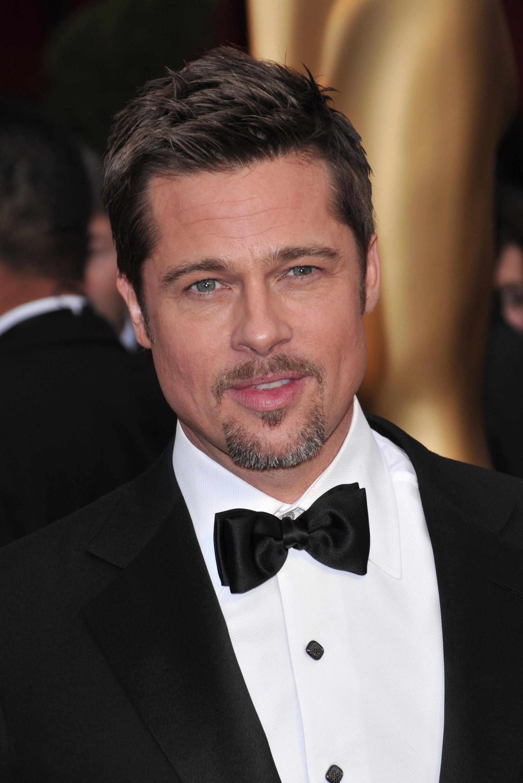 Coupe de cheveux Ivy League: Brad Pitt avec une coupe de cheveux Ivy League texturée, vêtu d'un smoking
