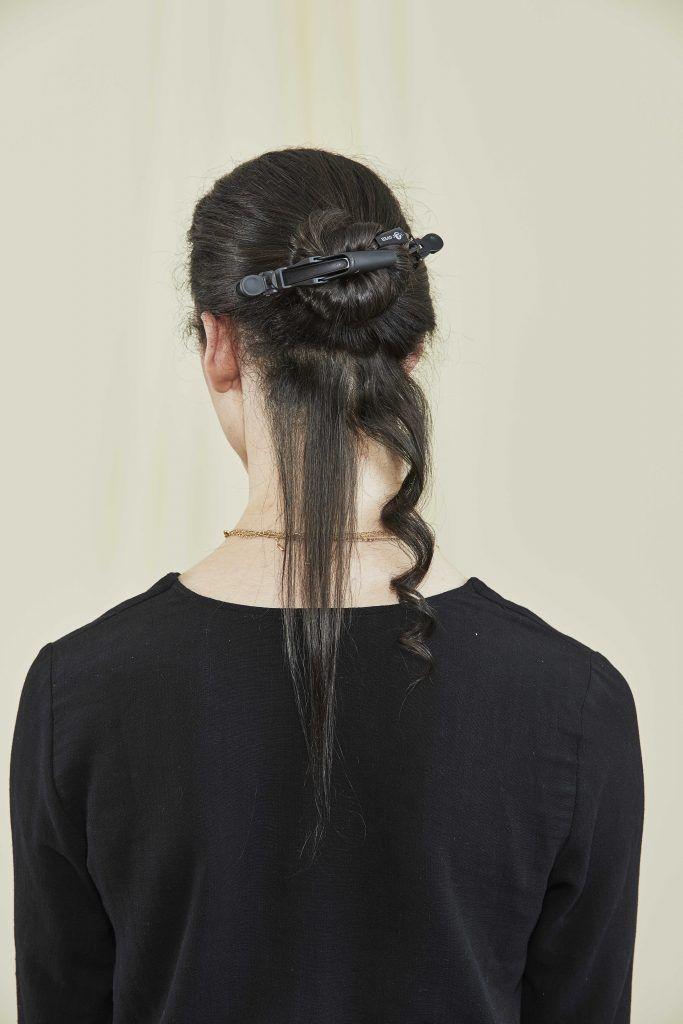 Femme aux cheveux brun foncé coupés prêts à être bouclés