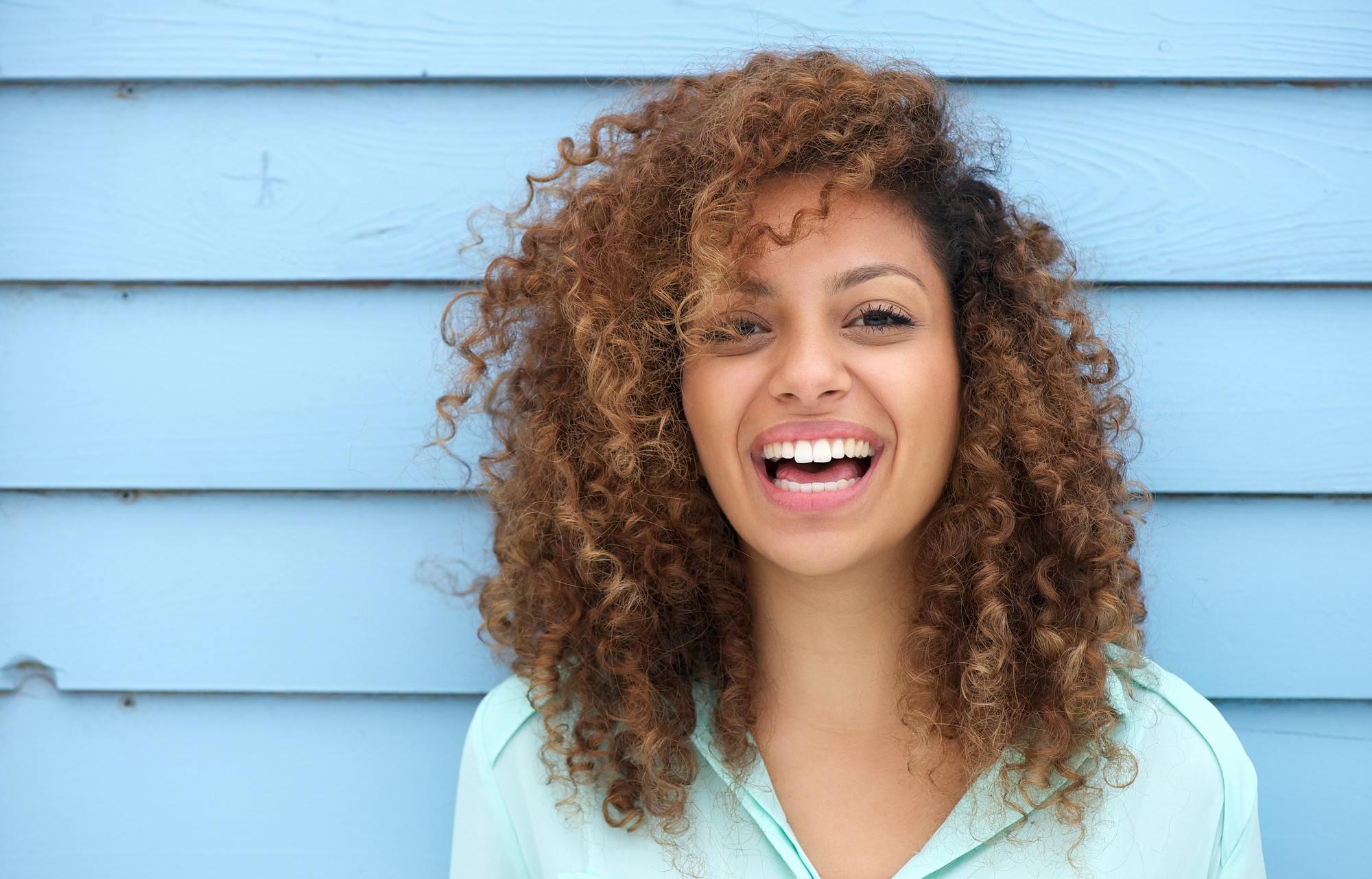 Boucles serrées sur cheveux afro châtain clair