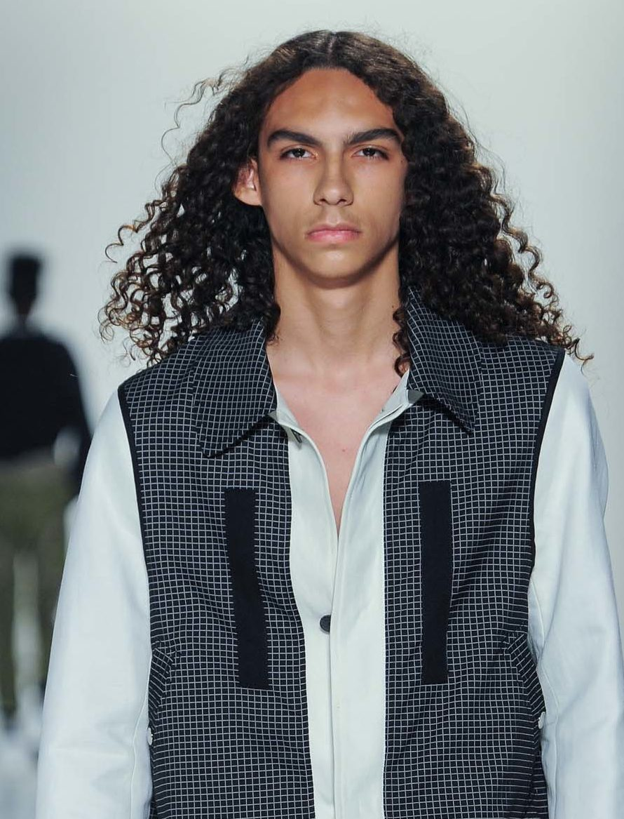 Cheveux permanentés: All Things Hair - IMAGE - homme aux longs cheveux bruns bouclés