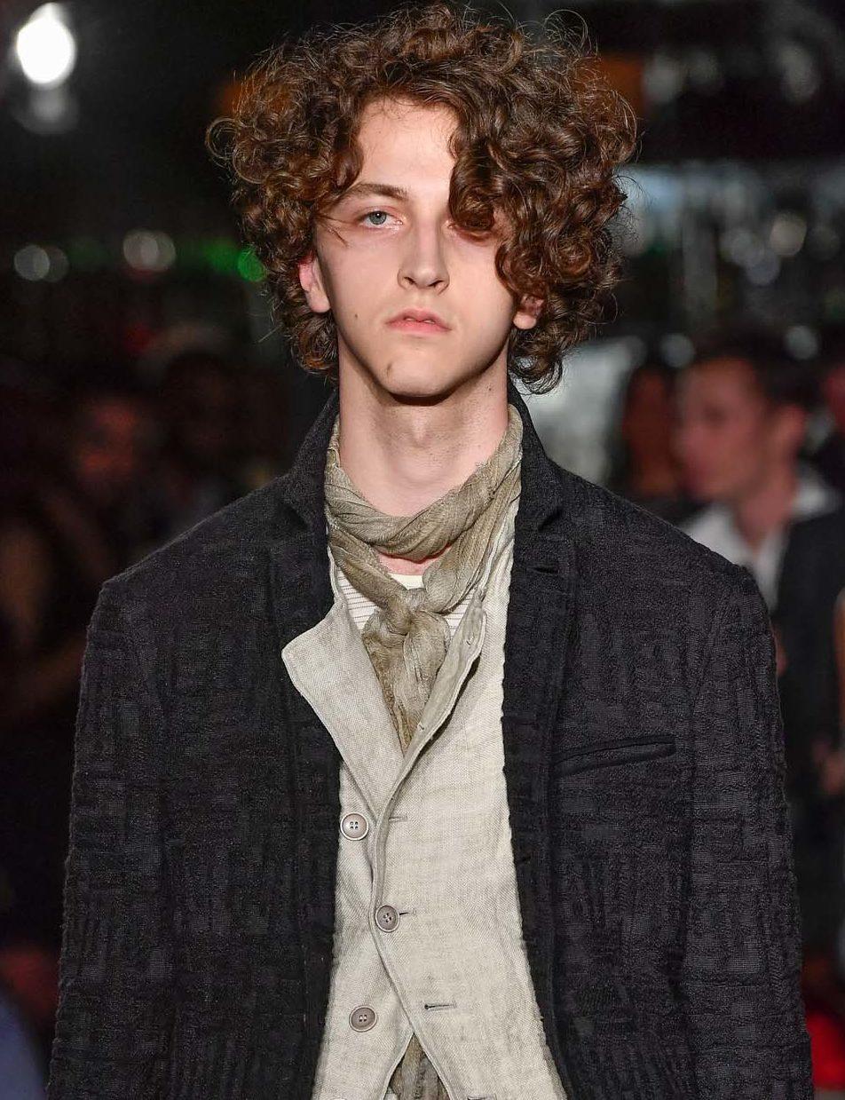 Cheveux permanentés : Poudre de Rose - IMAGE - homme aux cheveux bouclés de couleur marron moyen