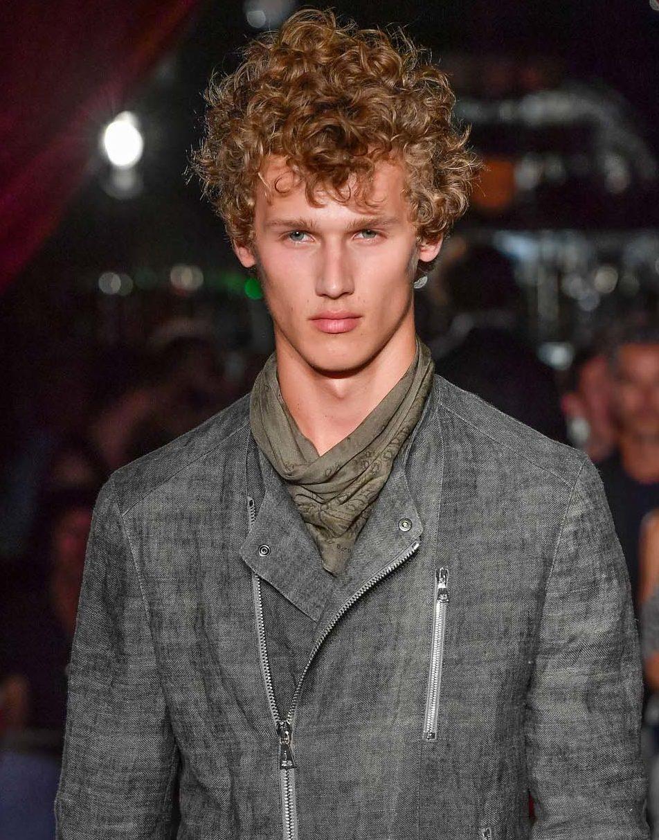 Cheveux permanentés: All Things Hair - IMAGE - homme aux cheveux bouclés blonds courts