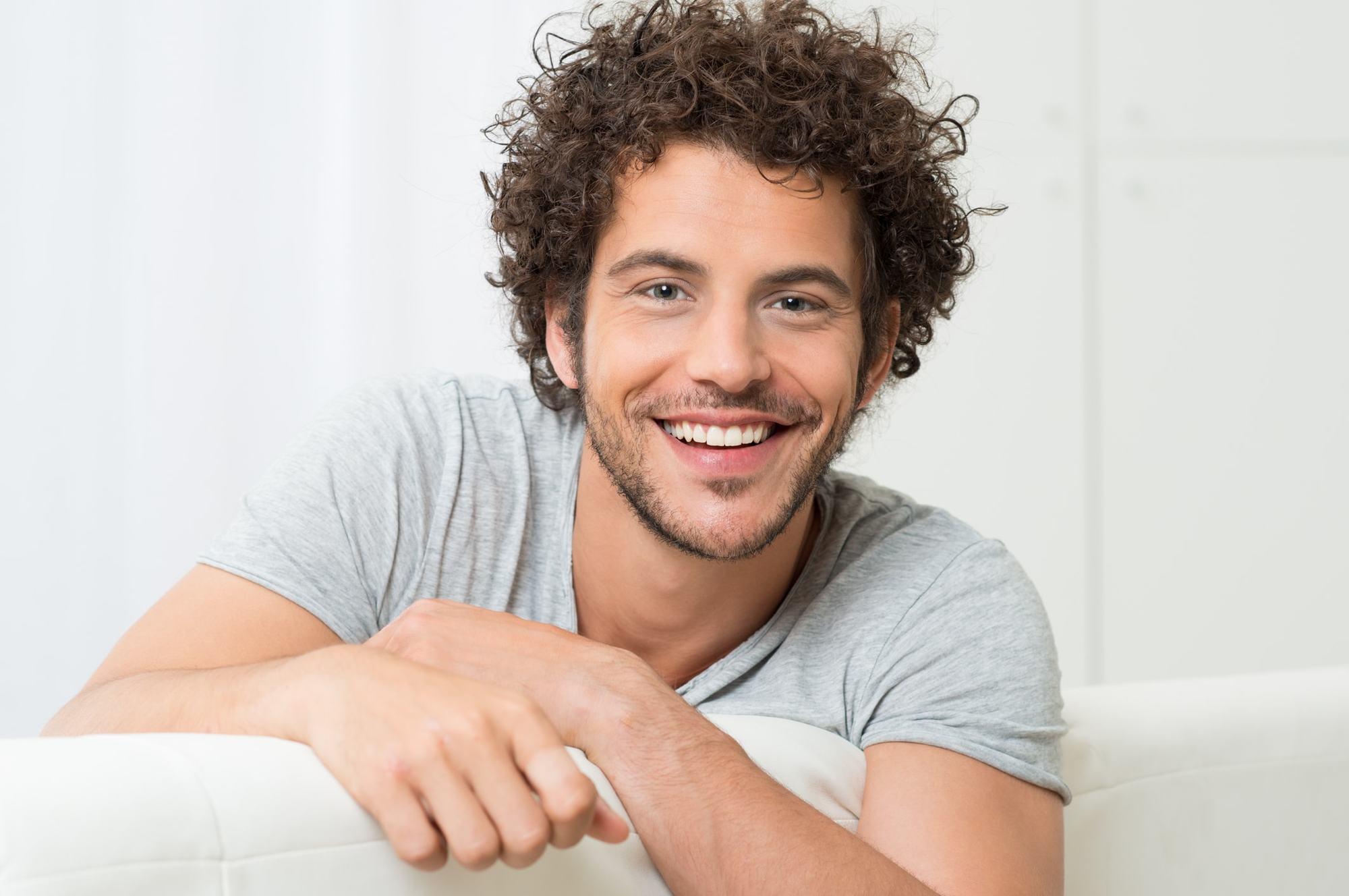 Homme aux cheveux courts bouclés avec barbe