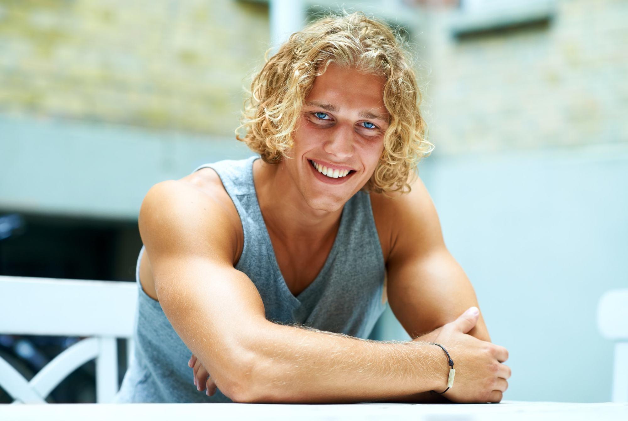 Homme avec homme blond javellisant perm
