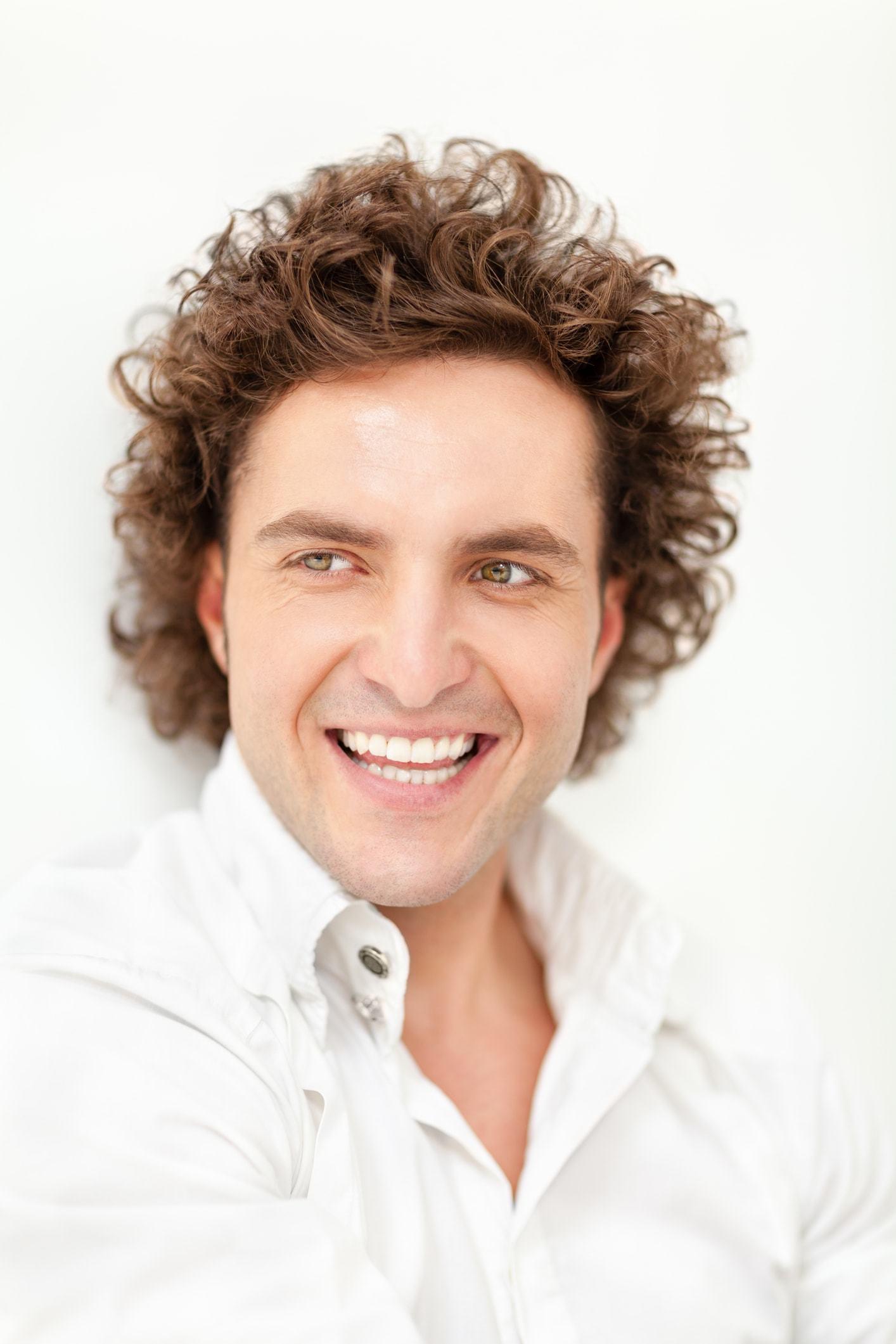Homme avec coiffure de perm homme marron marron peigné