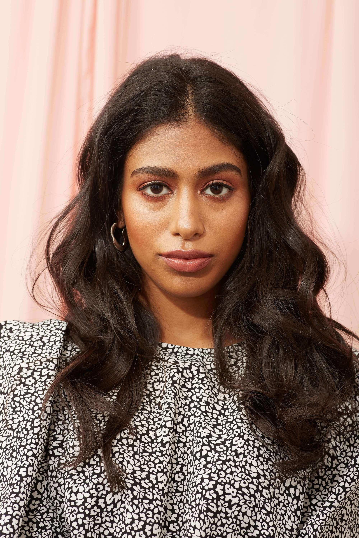 Femme aux cheveux bouclés de type 2B