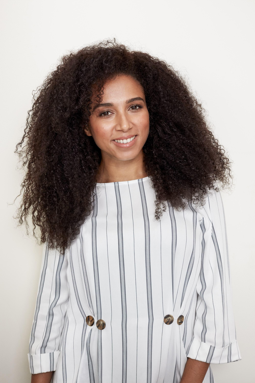 Femme aux cheveux noirs et longs 3c