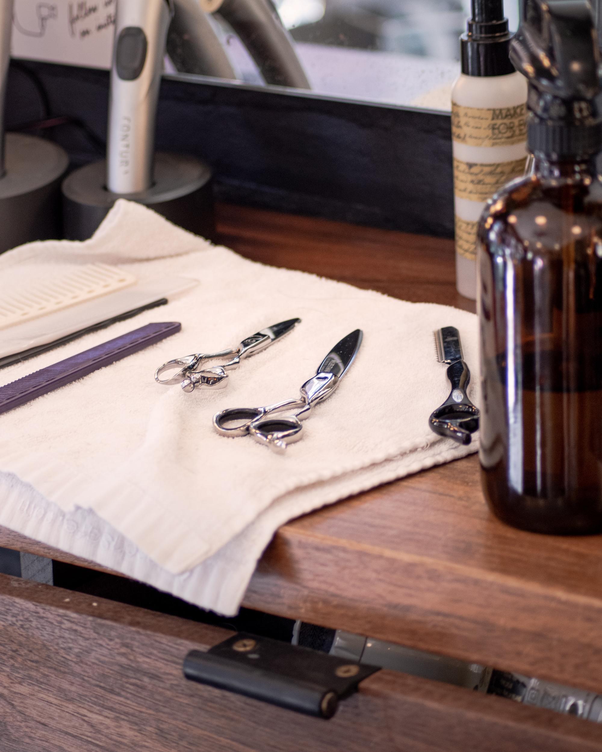 Outils de coupe de cheveux sur un chiffon blanc