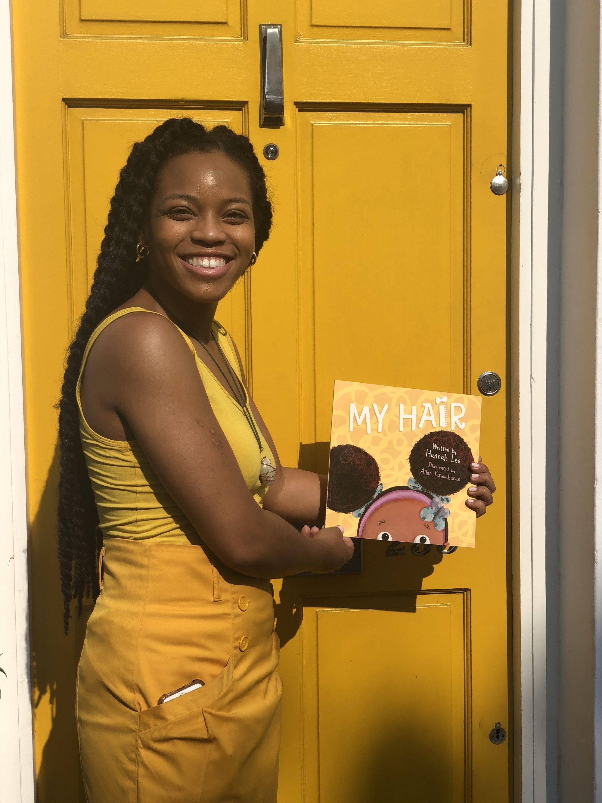 Hannah Lee tenant son livre, mes cheveux