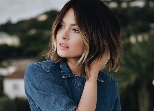 Layered bob: Brunette model with a tousled bob, with face-framing blonde highlights
