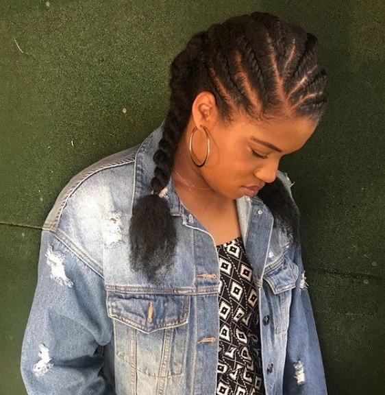 Coiffures protectrices: Femme aux cheveux naturels en torsades plates en nattes, vêtue d'un haut à fleurs et d'une veste en jean