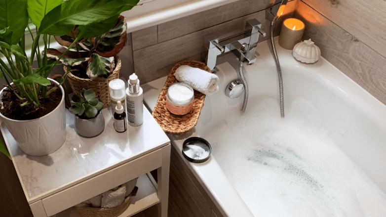 Plan d'une baignoire, d'une bougie et de plantes
