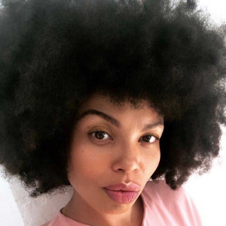 L'auteur Emma Dabiri avec un grand afro