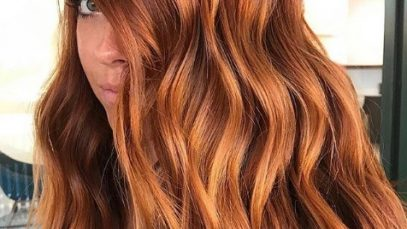 Copper highlights: Woman with medium length wavy copper hair