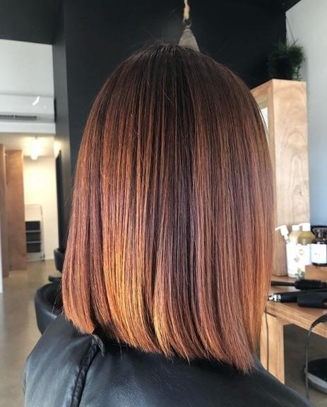 Faits saillants en cuivre: profil latéral d'une femme avec un long bob émoussé de couleur cuivre