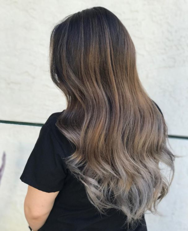 Cheveux de balayage brun cendré avec finition de balayage gris