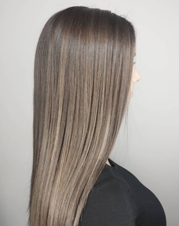 Cheveux bruns cendrés avec finition balayage smokey - longs cheveux raides