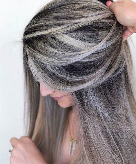 Femme aux cheveux châtain cendré avec des reflets platine