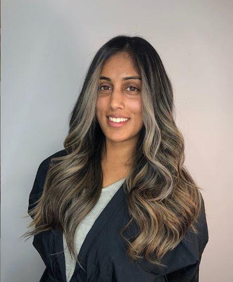 Femme aux longs cheveux bruns cendrés