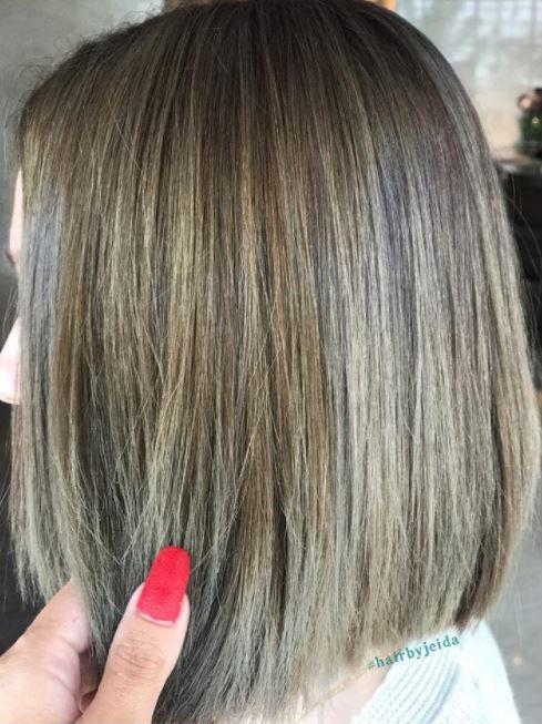 Cheveux bruns cendrés avec des reflets - longueur du bob - vue de côté