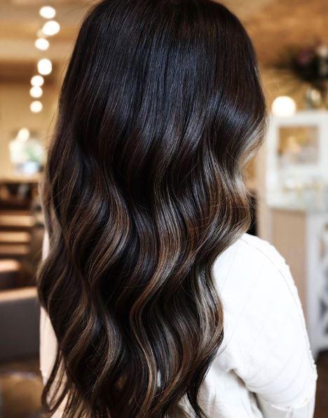 Femme aux cheveux ondulés brun cendré foncé