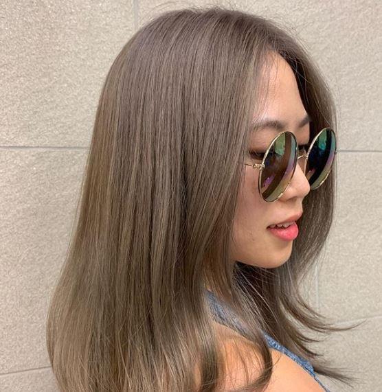 Femme aux cheveux mi-longs châtain cendré