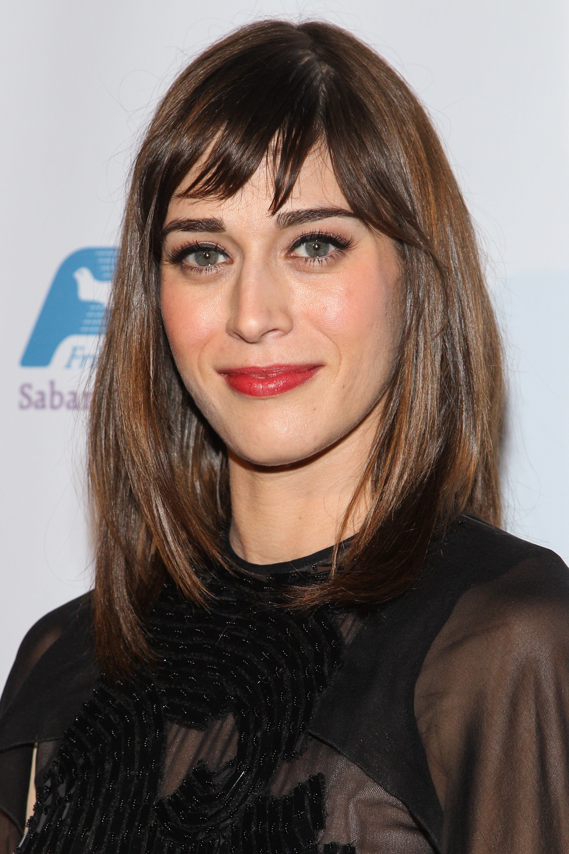 Lizzy Caplan cheveux lisses bruns avec une frange courte