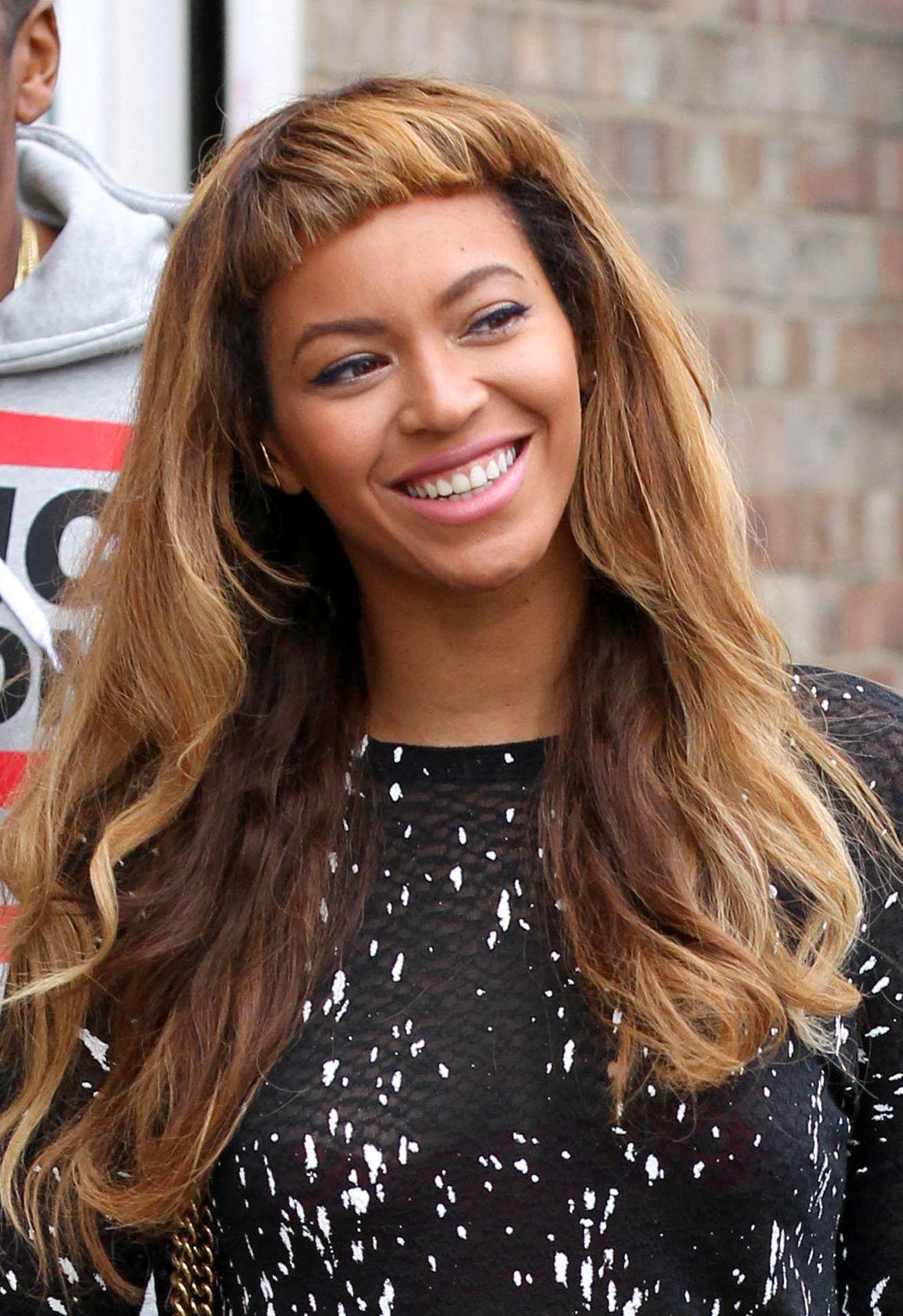 Beyonce avec une frange courte et de longs cheveux bruns
