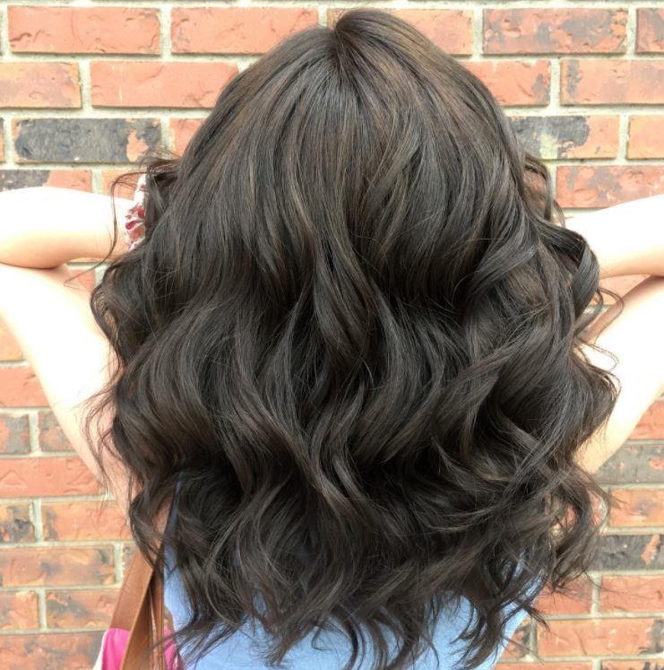 Cheveux bruns cendrés sur cheveux ondulés mi-longs - vue arrière