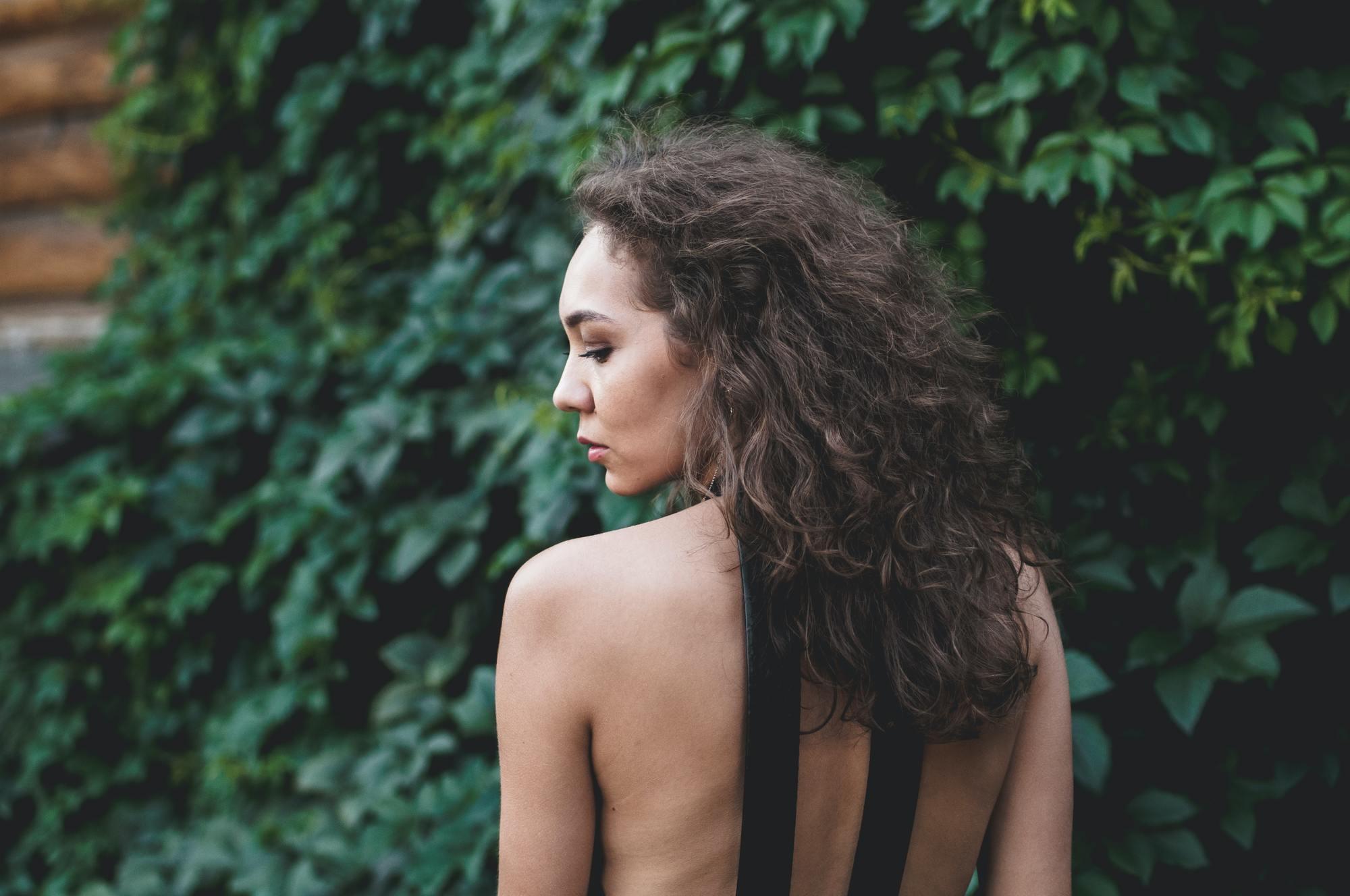 Femme aux cheveux longs et bouclés foncés