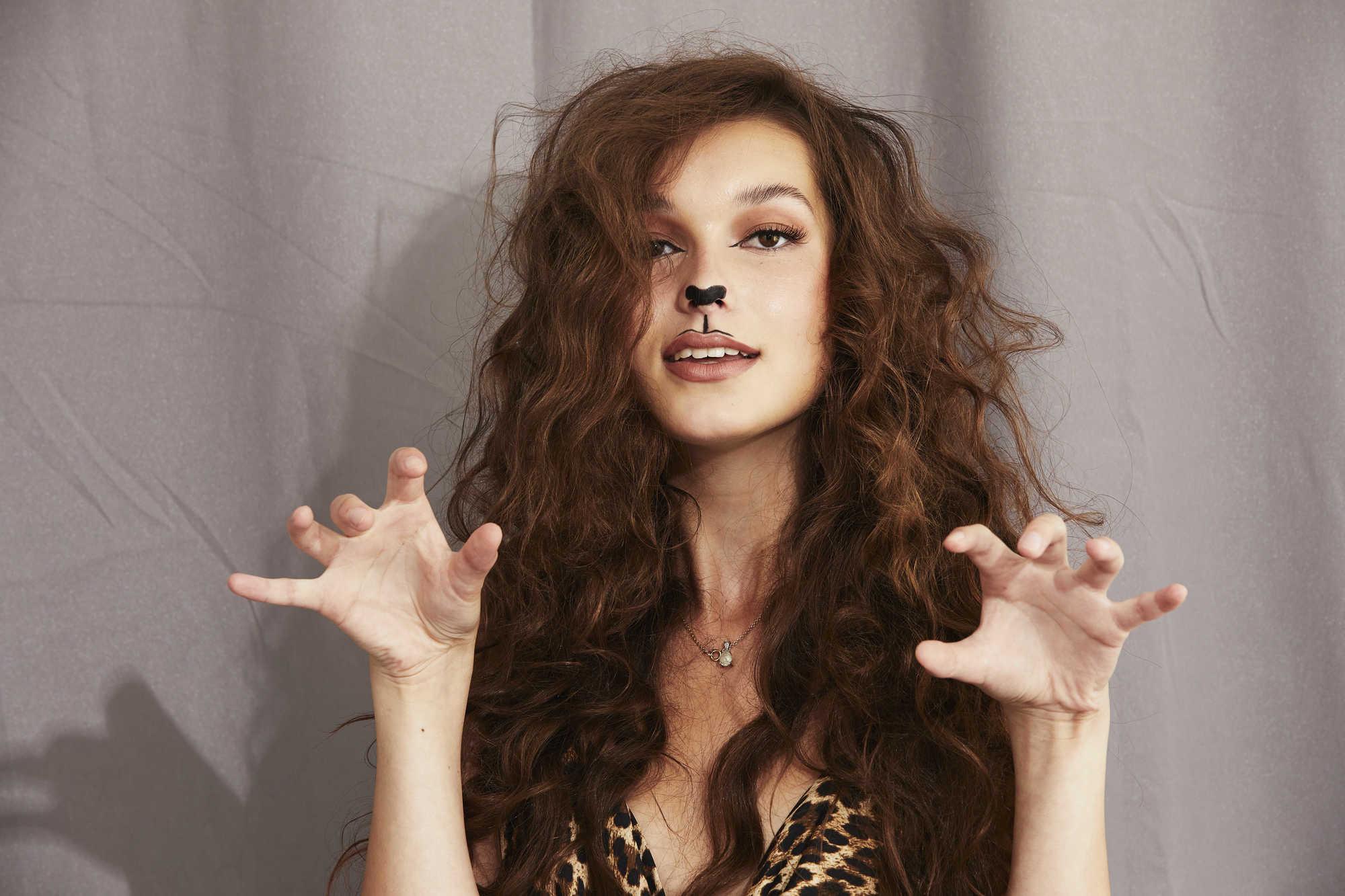Femme avec une grande coiffure de lion bouclé pour Halloween