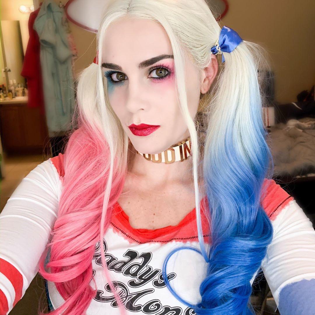 Femme avec la coiffure d'Halloween de Harley Quinn