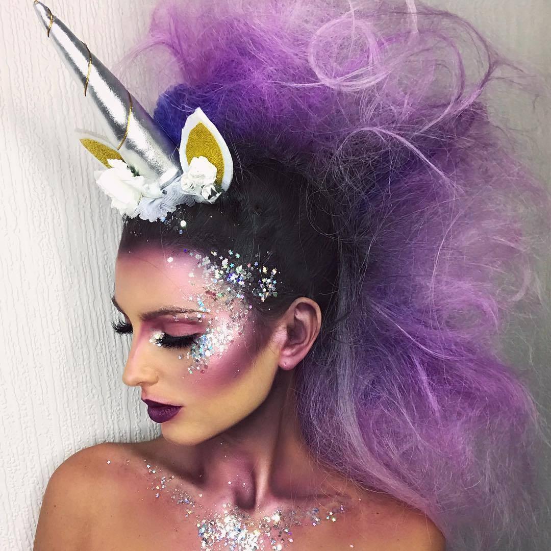 Femme en costume de licorne pour Halloween, avec queue de cheval violette à paillettes