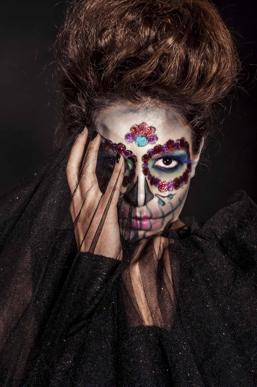 femme avec un crâne en sucre, maquillée et coiffée en grand bouffant