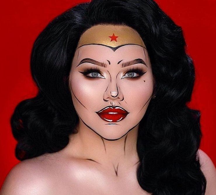 Coiffures d'Halloween : Femme habillée en Wonder Woman, avec de longs cheveux noirs ondulés, portant du maquillage pop art Wonder Woman sur le visage tout en posant pour une photo