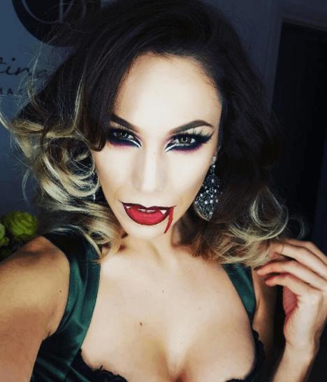image d'une femme aux cheveux foncés et aux pointes blondes teintes par trempage - coiffures de vampires