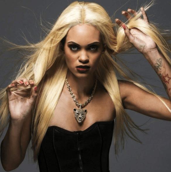 image de face d'une femme aux longs cheveux blonds - coiffures de vampire