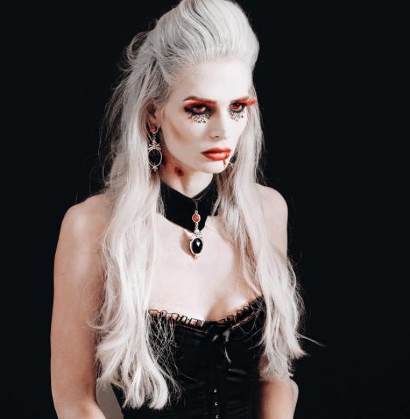 vue de face d'une femme aux longs cheveux blancs, moitié en haut, moitié en bas - coiffure de vampire