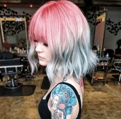 Couleur de cheveux de sirène à trois ombres sur cheveux courts avec une frange : Instagram @bescene
