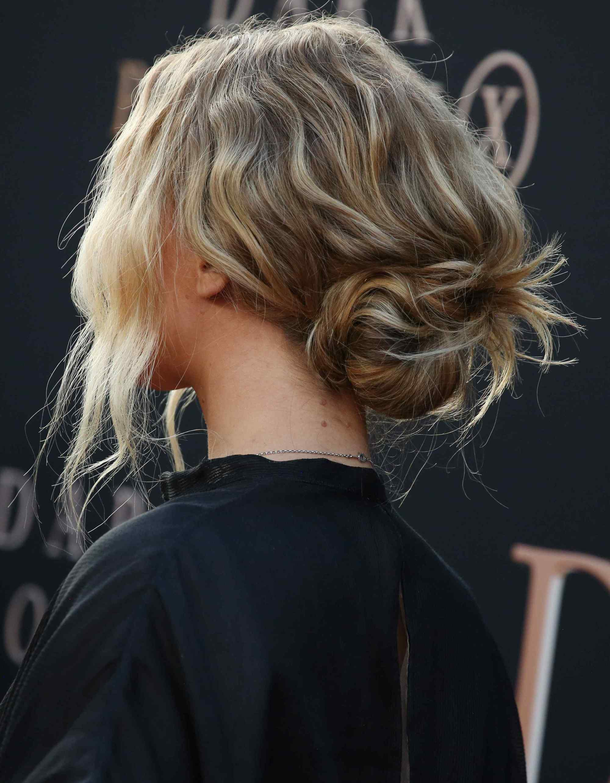 Jennifer Lawrence avec un chignon bas et ondulé aux vrilles lâches