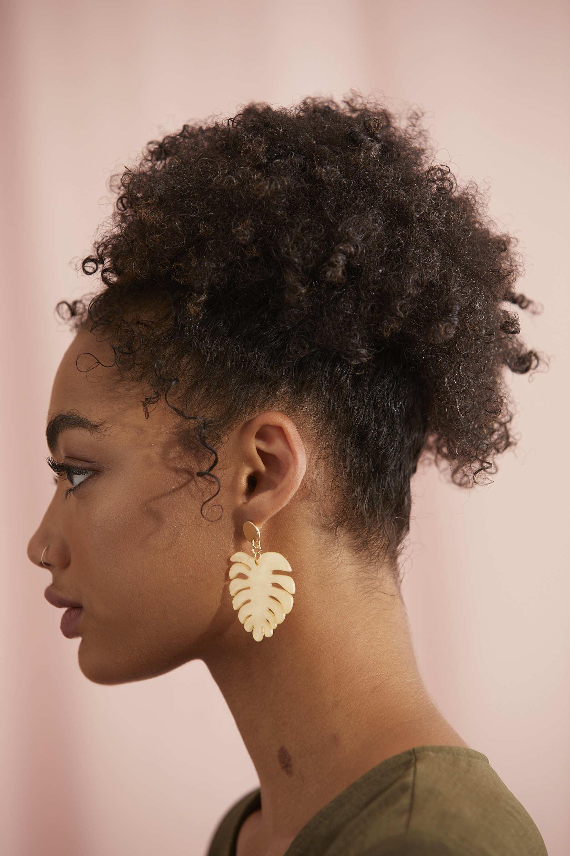 Une femme aux cheveux naturels coiffée en haut