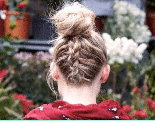 Coiffures de fête : Vue de dos d'une femme aux cheveux blonds à reflets dans un chignon tressé à l'envers portant un haut rouge.