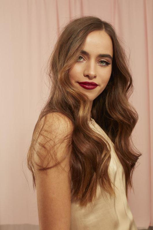 Brune avec des vagues glamour et des lèvres rouges