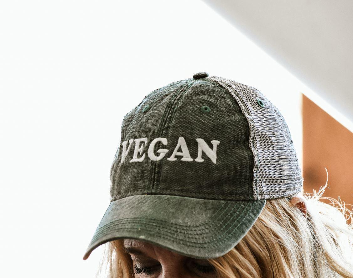 Femme blonde portant un chapeau végétalien