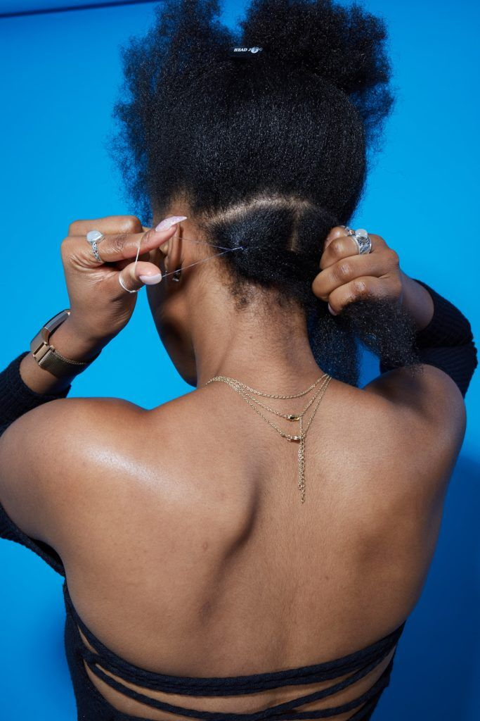 Comment faire des tresses en boîte tutoriel femme avec des cheveux afro en les séparant et en les nouant avec un bandeau