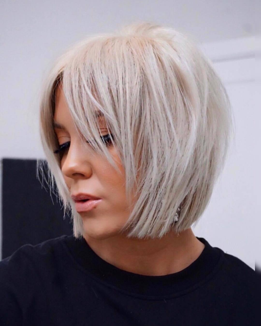 Femme au bob blond court platine avec une frange médiane