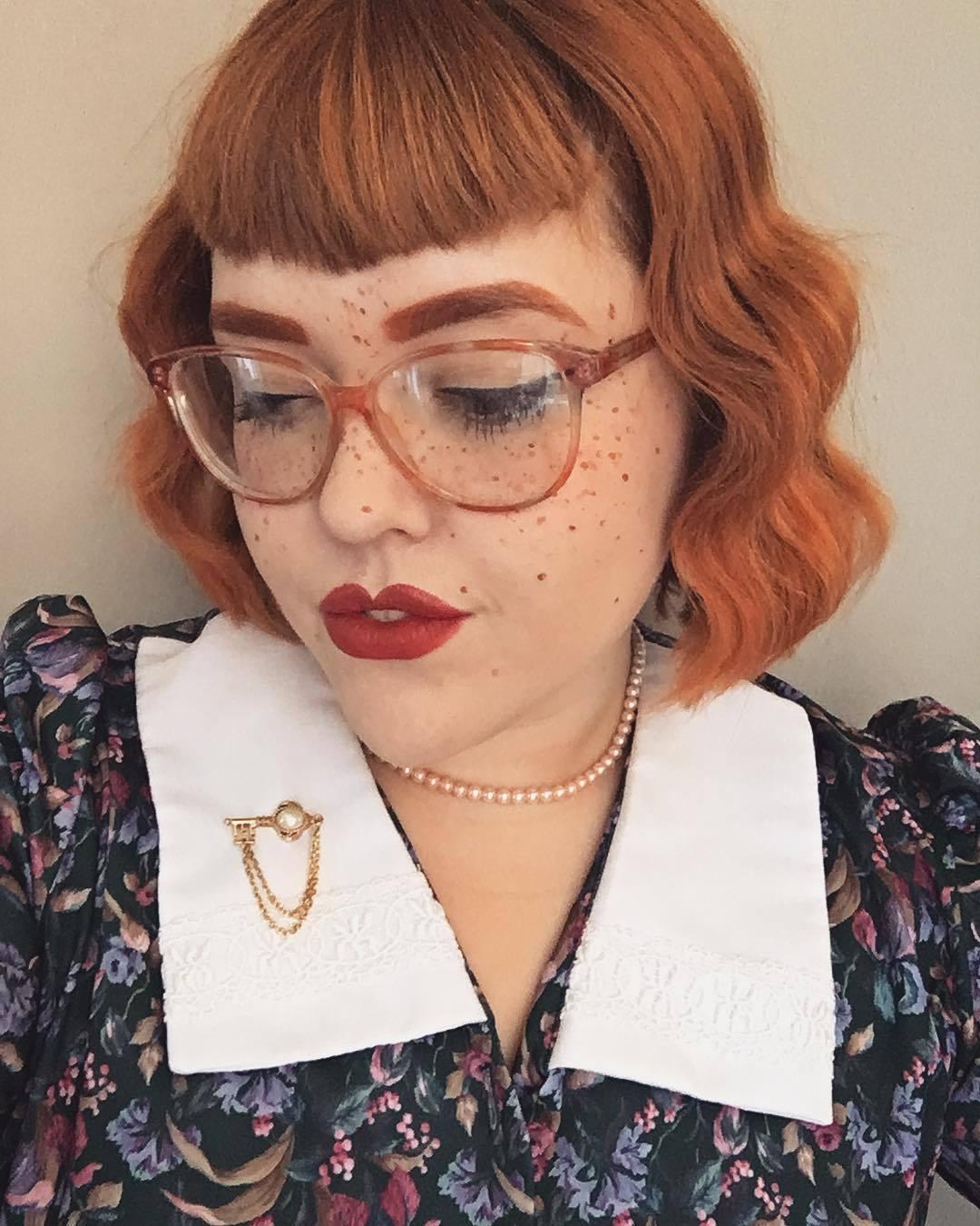 Femme au bob vintage court orange avec une frange en forme de V